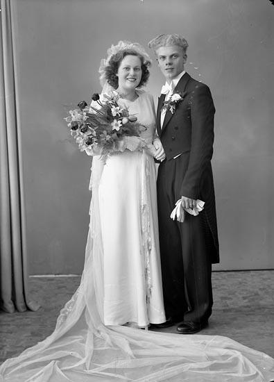 """Enligt fotografens journal nr 7 1944-1950: """"Eriksson, Brudparet Allan""""."""