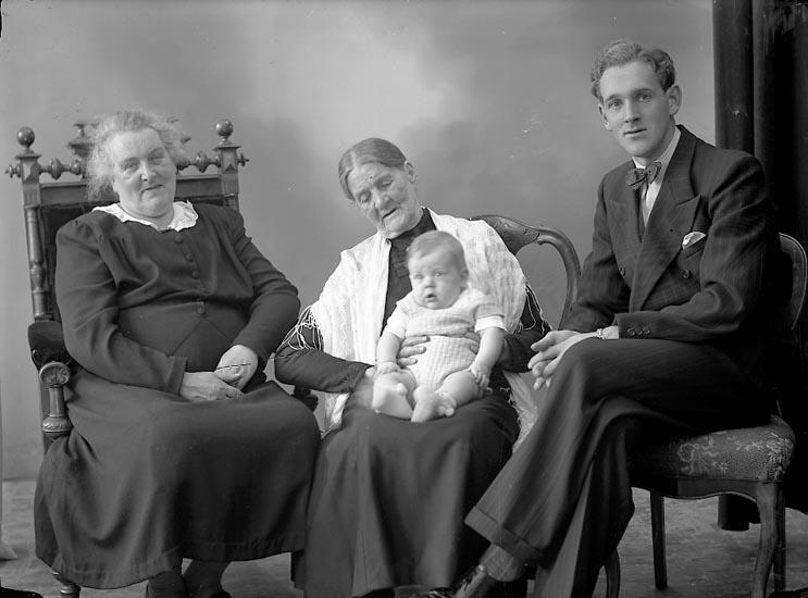 "Enligt fotografens journal nr 7 1944-1950: ""Carlsson, Herr Bror Tage, S. Houg, Stenungsund. 4 gen""."