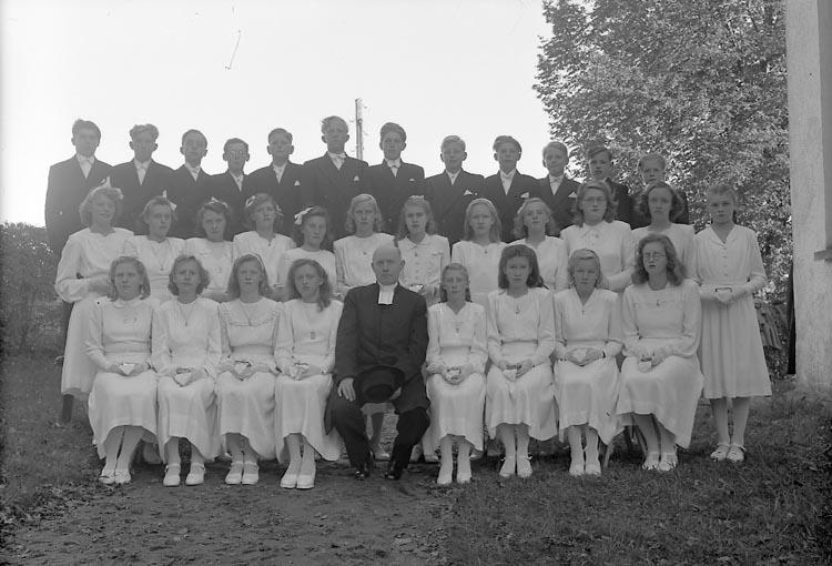 "Enligt fotografens journal nr 7 1944-1950: ""Johnsson, Kyrkoherde, Spekeröd-Ucklum"". Enligt fotografens notering: ""Spekeröd-Ucklums konf. Kyrkoherde Sune Johnsson Spekeröd""."