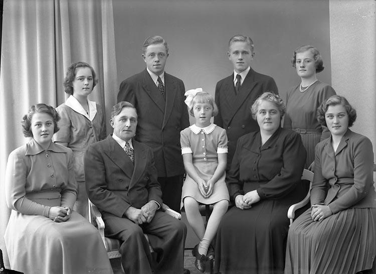 "Enligt fotografens journal nr 7 1944-1950: ""Berntsson, Herr Botvid Krok Ödsmål""."