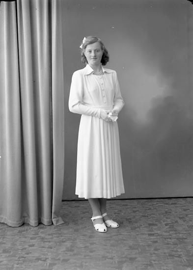 """Enligt fotografens journal nr 7 1944-1950: """"Berntsson, Marianne, Krok Ödsmål""""."""