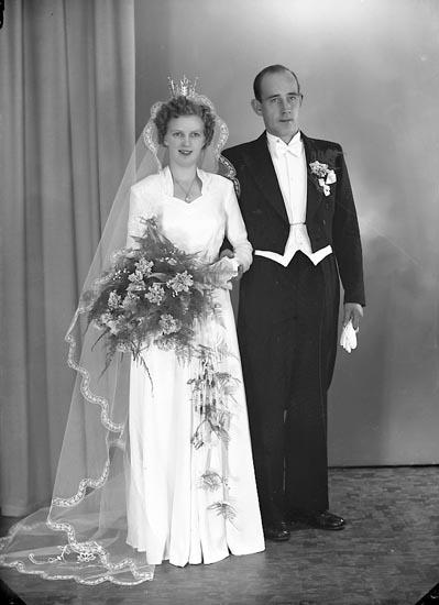 """Enligt fotografens journal nr 8 1951-1957: """"Brunsten, Brudp. Stig Här""""."""