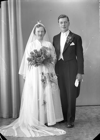 """Enligt fotografens journal nr 8 1951-1957: """"Herr Alvar Johansson, Landala Långg. 33. Gbg"""". Enligt fotografens notering: """"Bruden. Fr. Asta Eliasson, Krokslycke Spekeröd""""."""