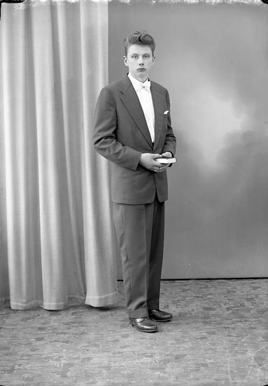 "Enligt fotografens journal nr 8 1951-1957: ""Berntsson, Ingemar, Vallbo, Ödsmål""."