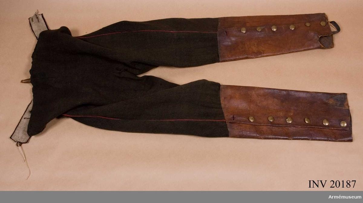 Grupp C I. Av svart kläde med röd passpoal vid sidorna. Till knäet räcker bruna läderkragar med sex flata mässings- knappar. Kragarna är fastsydda vid byxorna och har hällor. Foder av grov linnelärft. LITT  B Söderholm, Livgardets 2. artilleribrigads historia, S. Petersborg, 1896, sida 8 fig.: Soldaterna hade år 1817 likandana byxor, sid 80: Kort beskrivning. F von Stein, Ceschichte des russischen Heeres, Hannover, 1885, sid 312.