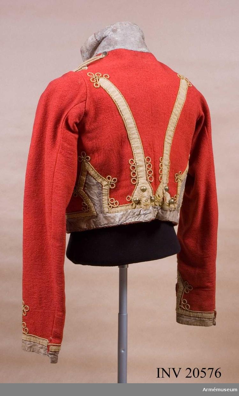 Grupp C I. För menig vid Hans Majestäts, Livgardets husarregemente (2. gardets kavalleridivision 4.regementet): 1812-20. Päls, ry. mentik, av rött kläde med ståndkrage. Enkelknäppt med 21 knappar i var rad. Mellan knapparna gula, runda knäppsnören med en ögla på den ena sidan och knapphål på den andra. På båda sidorna omkring bröstet snören och knappar, runt nederkanten och på ryggen lister av gult redgarnsband. Axelklaff. På vänster axeln en axelträns av gula redgarnssnören med en liten knapp. Foder av grovt, rött linnelärft. Kragen har varit av päls, men endast skinnet finns kvar. Ärmuppslag av gula redgarnssnören och band. LITT  Armée Russe, Pajol 1854, sida 48: Regementsuniform. B Söderholm, Livgardets 2. artilleribrigads historia. S Petersburg, 1898, sida 79: År 1812 fick ryska gardets trupper rock med fast sammanknäppt krage.