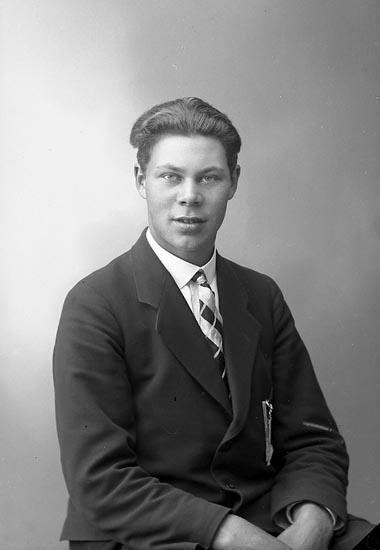 """Enligt fotografens journal nr 6 1930-1943: """"Stenström, Arne, Fougtorp, Jörlanda""""."""