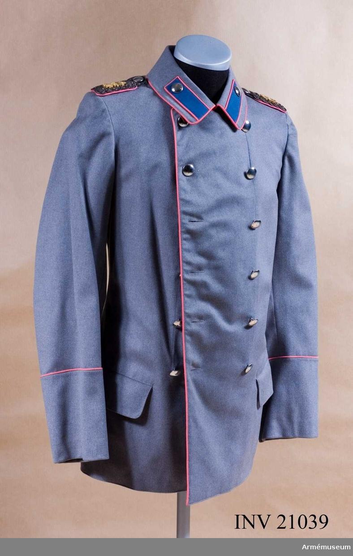 Grupp C I. Ur uniform för officer vid Grenadierregiment zu pferde Freiherr von Derfflinger, Preussen. Består av slängkappa, kappa, vapenrock, ridbyxor, paradrock, syrtut, långbyxor, mössa, hjälm, epåletter, axelklaffar, skärp, paradskärp, spännhalsduk, stövlar, sabel med balja, portepé, fodral, kartuschväska med rem, sabelkoppel med rem. Vapenrock, kleine Rock, av ljusblått kläde (även grå anges som färga/reg.anm). Midjesöm. Enradig med 8 knappar.  På båda bakfickorna ett tvåuddigt lock, vardera med 3 knappar. Epåletter med rosa klädesmatta och en silverplåt. På epåletthalsen en silvergalon, b:10 mm. Fodrade med rosa kläde. På epåletternas nedre del finns svenske konungens namnchiffer kung Gustav V. Epålettslejf av galon med rosa underkläde. Bredvid epålettslejfen finns en fastsydd knapp. fastsydd knapp. Foder av vitt siden med ficka på bröstet. Knappar silverfärgade. På bröstet fickor och ärmuppslag av större modell, på axlarna mindre. Krage upprättstående med raka vinklar av rosa kläde med ljusblå passpoal på överkanten. Kragen har 3 hyskor/hakar och fodrad med ljusblått tyg.  Passpoaler rosa, längs kant och de bakre fickornas lock på rocken. Ärmuppslag, svensk modell, rakskurna av rosa kläde, h:90 mm, med 2 knappar. LITT  Bekleidungs-vorschrift für offiziere und Sanitätsoffizie- rer des Köngl. Preuss. Heeres, Berlin 1899.  Geschichte der Bekleidung und Ausrüstung, Berlin 1878. Gustav V som människa och regent, fil.dr Karl Hildebrand, Stockholm.