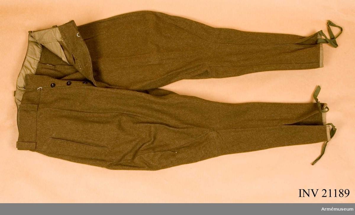 Grupp C I. Ur uniform som består av vapenrock, ridbyxor, benlindor, mössa, livrem, kängor.