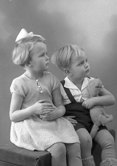 """Enligt fotografens journal nr 6 1930-1943: """"Hanngren, Fru Stenungsund""""."""