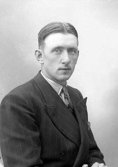 """Enligt fotografens journal nr 6 1930-1943: """"Hilmersson, Stig Tunge Kode""""."""