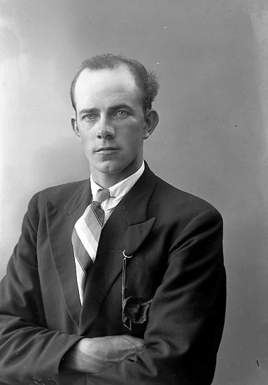 """Enligt fotografens journal nr 6 1930-1943: """"Edvardsson, Arnold Hövik Höviksnäs""""."""