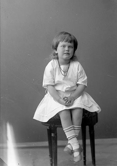 """Enligt fotografens journal nr 3 1916-1917: """"Borelius, Greta Ön""""."""