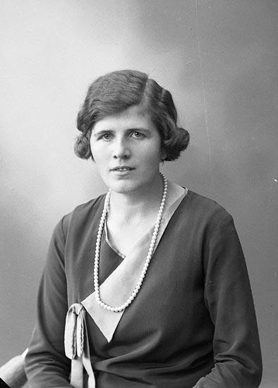 """Enligt fotografens journal nr 6 1930-1943: """"Rutgersson, Helga Stordal, Kållekärr""""."""