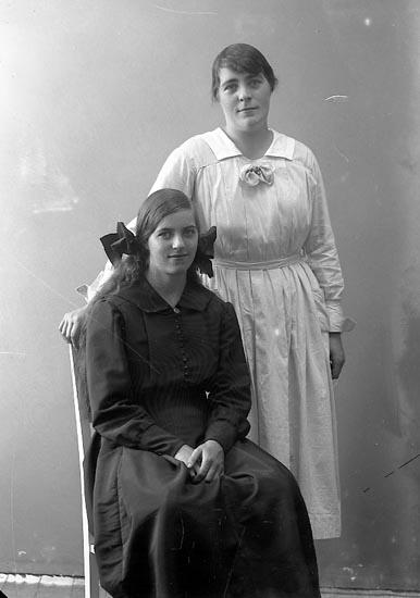 """Enligt fotografens journal nr 4 1918-1922: """"Olsson, Vanja Grinnerås Här""""."""
