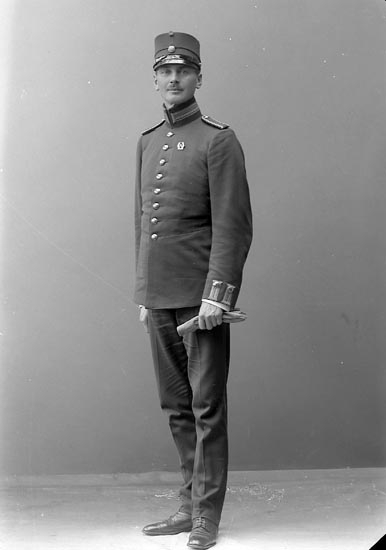 """Enligt fotografens journal nr 2 1909-1915: """"Bohman, Sergeant Vendel, I 9 Sköfde""""."""