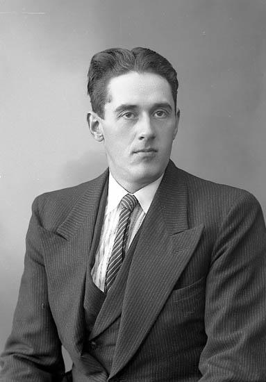 """Enligt fotografens journal nr 6 1930-1943: """"Olsson, Viktor Groland Spekeröd""""."""