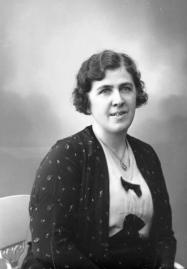 """Enligt fotografens journal nr 6 1930-1943: """"Larsson, Fru Elsa Kyrkenorum""""."""