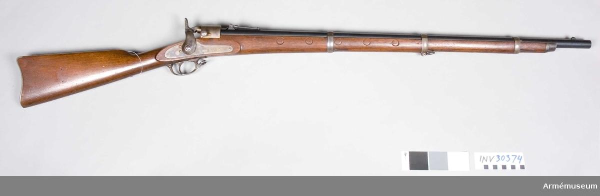 """Grupp E II.   Mekanismen är av Joslyns system. Joslyns konstruktion och patent 1861 och 1862.  Loppets relativa längd: 66,1 kal. Sju stycken räfflor.Stämpel på låsbleckets utsida: """"JOSLYNS FIRE ARMS Co STONINGTON CONN 1864""""."""