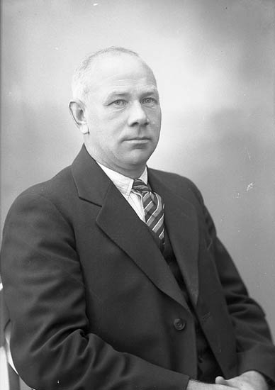 """Enligt fotografens journal nr 6 1930-1943: """"Johansson, Herr G. H. Stationen, Här""""."""