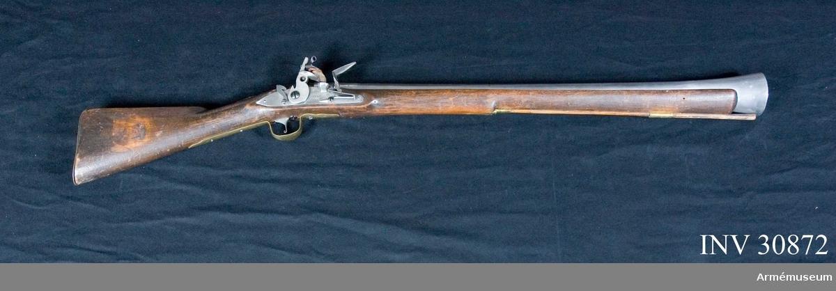 """Grupp E XIV.  Afrikanskt handelsgevär. Projekt från 1700-talets mitt. Tillverkad efter engelsk förebild i Norrtälje gevärsfaktori. På kolven återfinns """"234""""."""