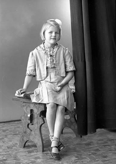 """Enligt fotografens journal nr 6 1930-1943: """"Pokka, Ritva, adr. Larsson Hjälteby""""."""