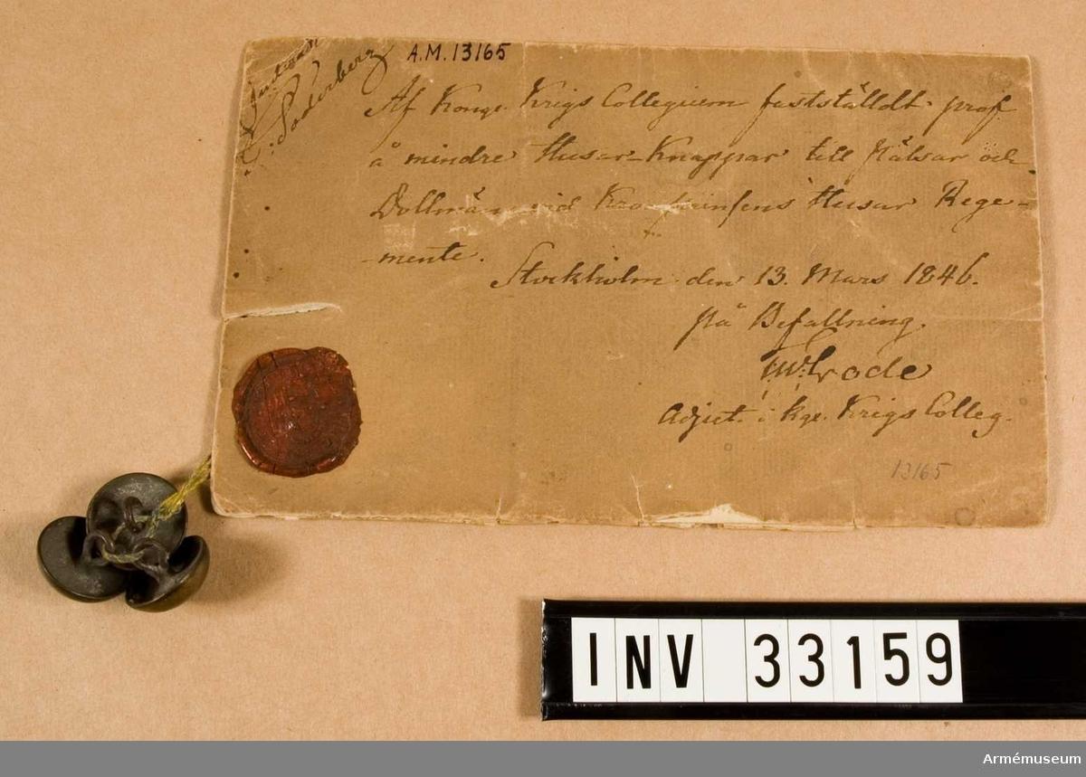 Samhörande AM 33159-60, AM 69691: knappar. Husarknapp m/1846, Kronprinsens husarreg. Grupp C. Knapp till päls och dolma.