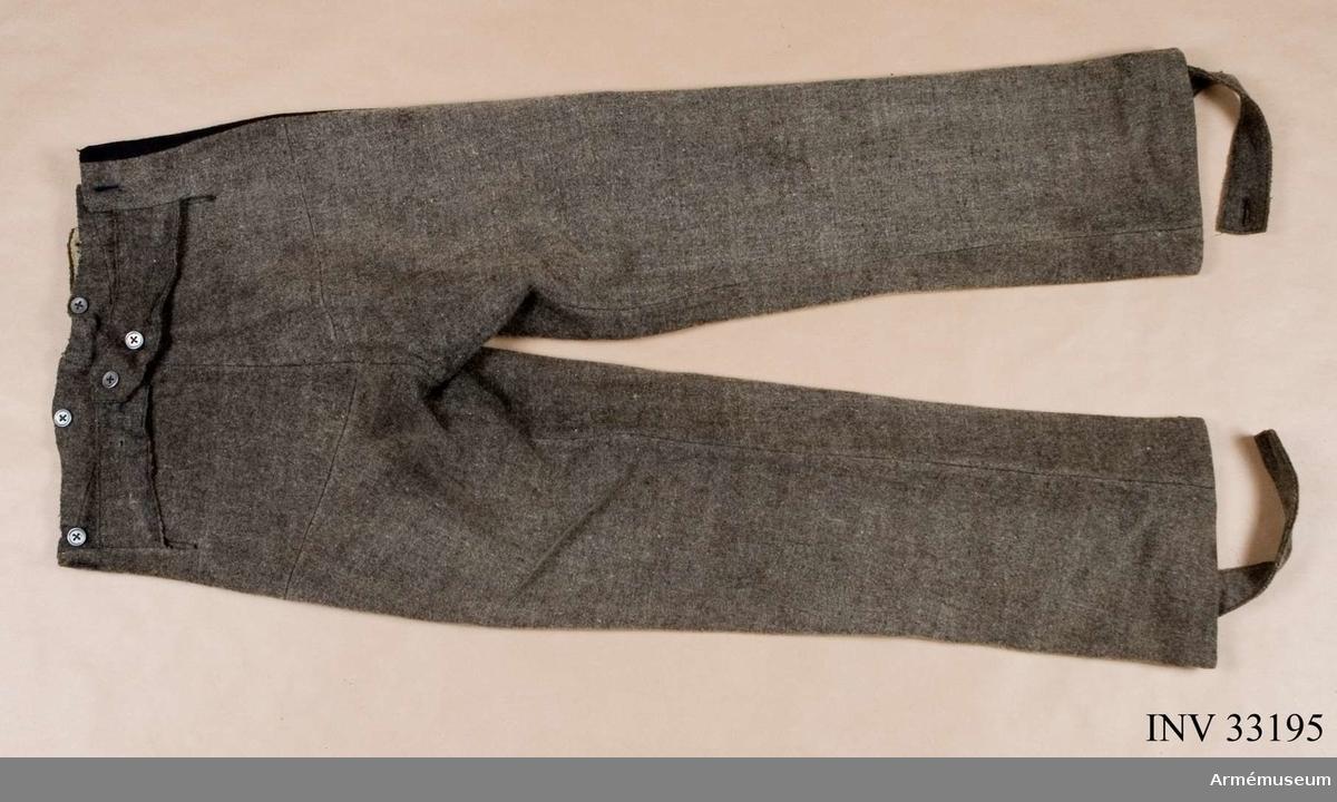 Grupp C. Ur uniform för manskap vid Jämtlands hästjägarkår 1831-45. Består av jacka, epåletter, skärp, halsduk, tschakå m tillbehör, mössa, byxor, kartusch m rem, sabelkoppel, handrem, stövlar, sporrar. Byxa enligt go 24/2 1820, Jämtlands haästjägare. Modellexemplar. Ej närmare beskriven. Enligt go 22/4 1816 fick regementet grå ridbyxor.