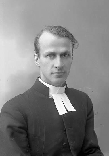"Enligt fotografens journal nr 6 1930-1943: ""Rhedin, Pastor Viktor Stenungsund""."