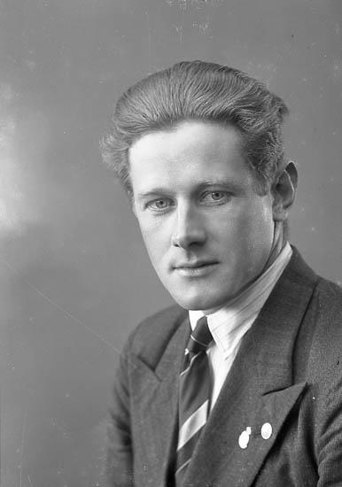 """Enligt fotografens journal nr 6 1930-1943: """"Börjesson, Redaktör N. Stenungsund"""". Enligt fotografens notering: """"Redaktör Nore Börjesson Stenungsund""""."""