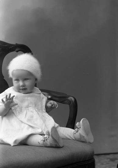 """Enligt fotografens journal nr 6 1930-1943: """"Olsson, Eva Ingeiör W. Olsson Här""""."""