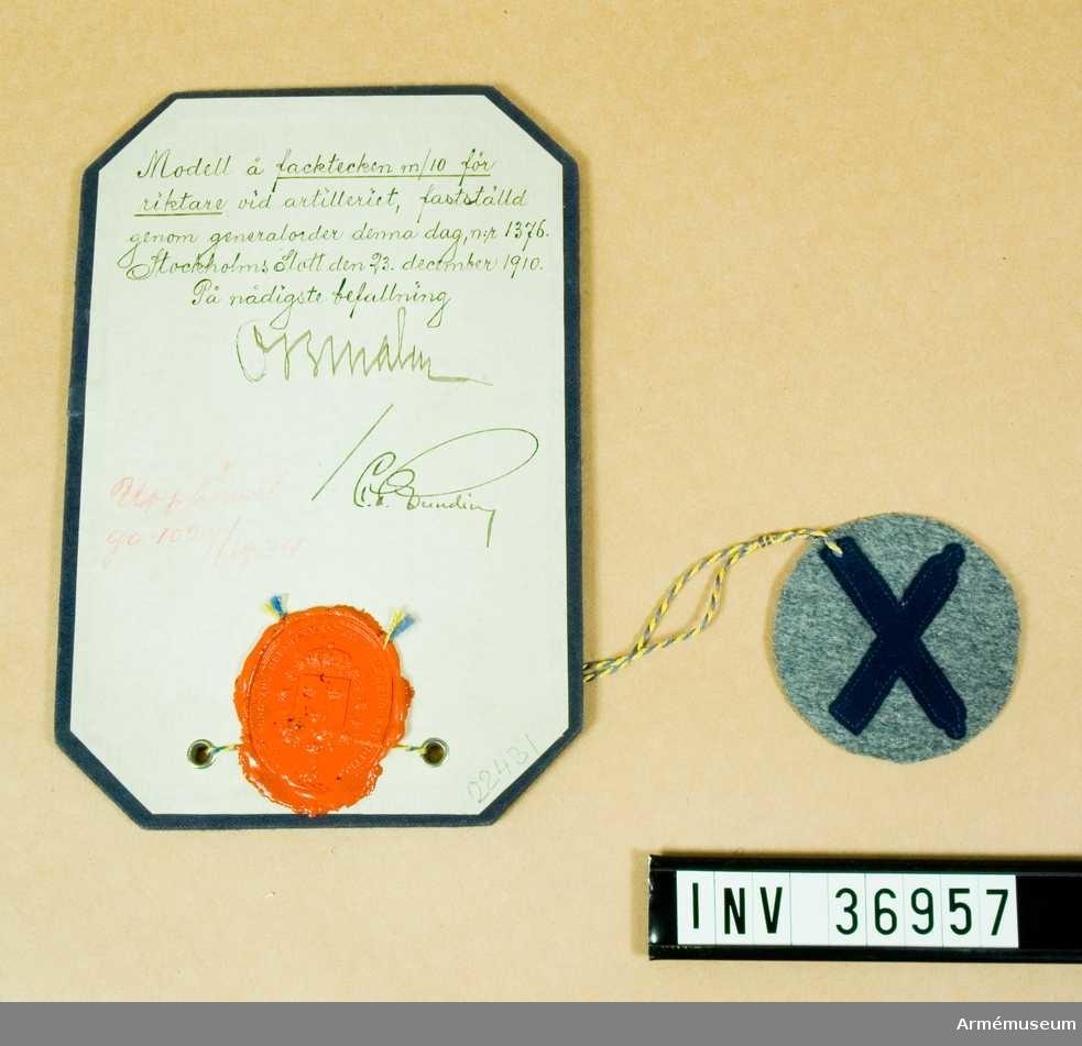 Grupp C I.  Modell å facktecken m/1910 för riktare vid artilleriet, fastställd genom go nr 1376 den 23 december 1910. Upphävd genom go 1029/1934.