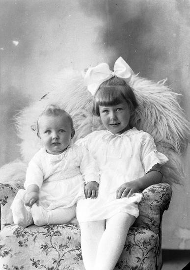 """Enligt fotografens journal nr 5 1923-1929: """"Rietz, Fru adr. Doktor R. Karlskrona""""."""