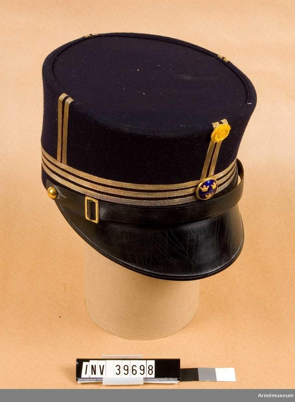 Grupp C I. Ur uniform för löjtnant i artilleriets reserv. Består av kollet, långbyxor, ridbyxor, mössa.