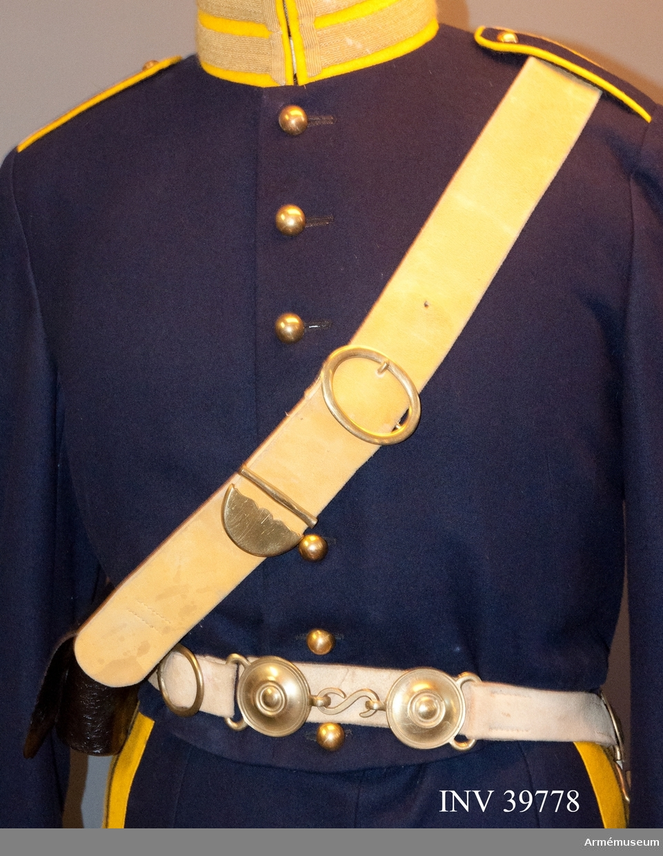 Grupp C I. Ur paraduniform för manskap vid Göta artilleriregemente; 1845-73. Består av vapenrock, ridbyxa, kask, sabelkoppel, kartusch med rem.