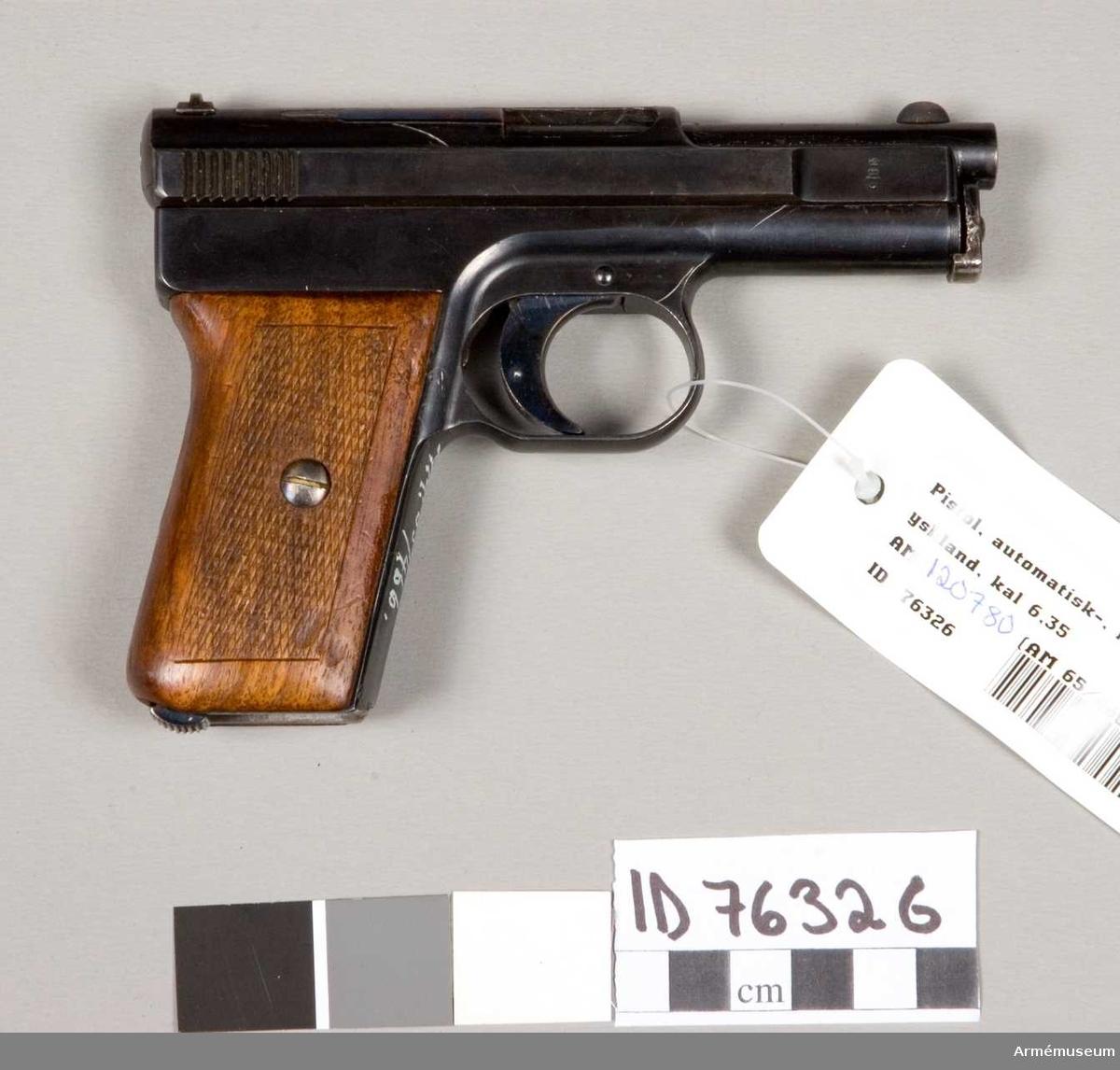 Grupp E III. Automatpistol Mauser kal 25 (6,35 mm). Mekanismen rostskadad. Magasin saknas.