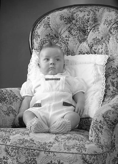 """Enligt fotografens journal nr 8 1951-1957: """"Eriksson, Bernt Marieberg Stenungsund""""."""
