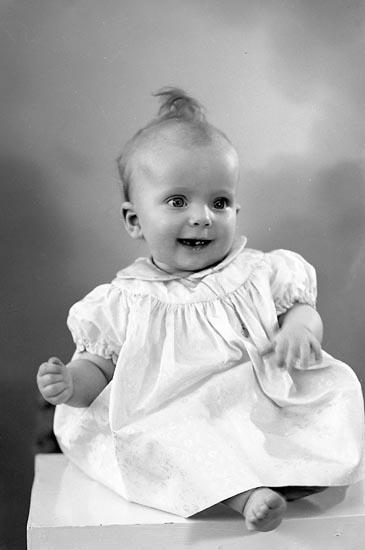 """Enligt fotografens journal nr 8 1951-1957: """"Johansson, Lena (Fru Margareta) Box 133, Här""""."""