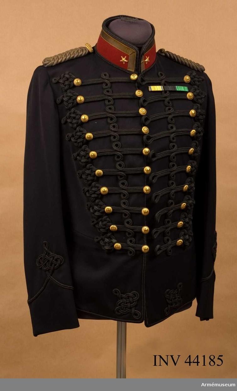 Grupp C I. Ur uniform m/1873 för major vid Upplands artilleriregemente. Består av attila, långbyxor, käppi med pompong och plym,  kartusch med rem, knutskärp.