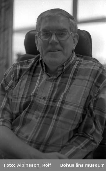"""Fotografens noteringar: """"Lennart Feldt på kontoret i Sandbogen under intervju onsdagen den 15 november 1995.""""  Fototid: 1995-11-16."""
