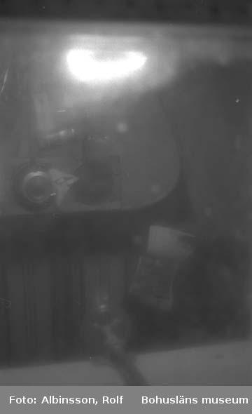 """Enligt fotografens noteringar: """"Jag tar ett kort ner igenom """"skylight"""", man ser bordet i skansen med kaffekannan.""""  Fototid: 1996-03-06."""