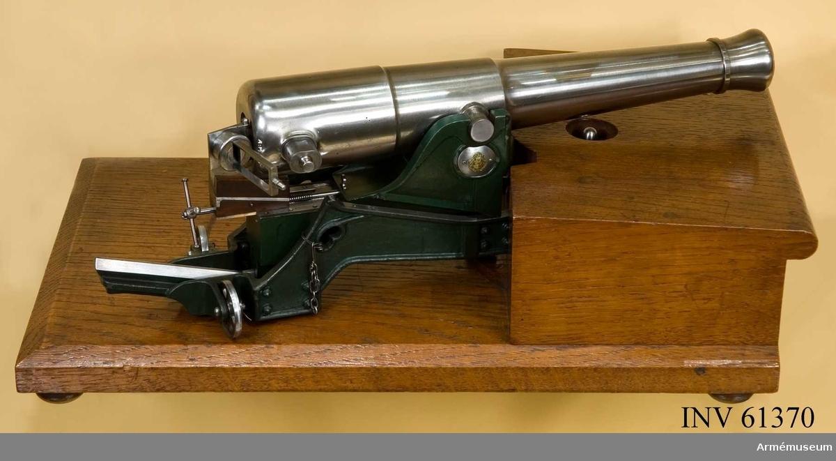 Grupp F I.  Avsedd såsom gåva till Hans Maj:t Konungen, då kanonen på vardera tappen är prydd med det kungliga svensk-norska vapnet. I modellen ingår eldör, lavett. Enligt kungligt brev den 17/6 1887.
