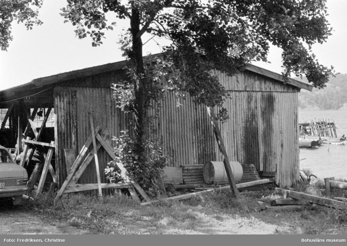 """Motivbeskrivning: """"Bröderna Karlssons varv, Söbben. Byggnad för vinterförvaring av båtar uppförd 1940 - 1941."""" Datum: 19800711 Riktning: Sv"""
