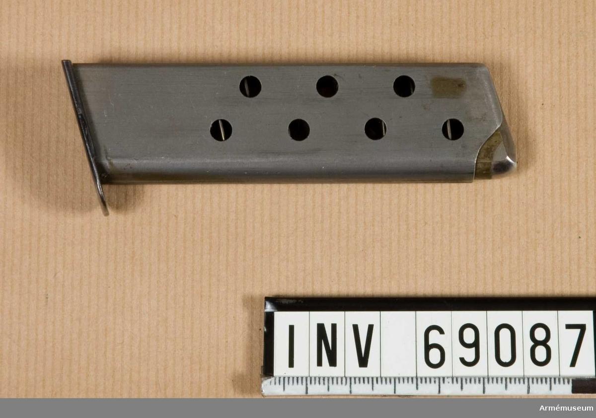 """Samhörande nr är 8517-8518.Pistol m/HSc, halvautomat, Tyskland. Mauser.Tillverkningsnummer 740474. Märkt Mauser-Werke A.G. Oberndorf a.N. Mod HSc. Kal. 7.65 mm """"tysk örn"""" F 655. Handgrepp av trä.Bestående av 1 st pistol, 1 st magasin.Samhörande AM 8517 halvautomatisk pistol, AM 8518 pistolfodral av läder."""