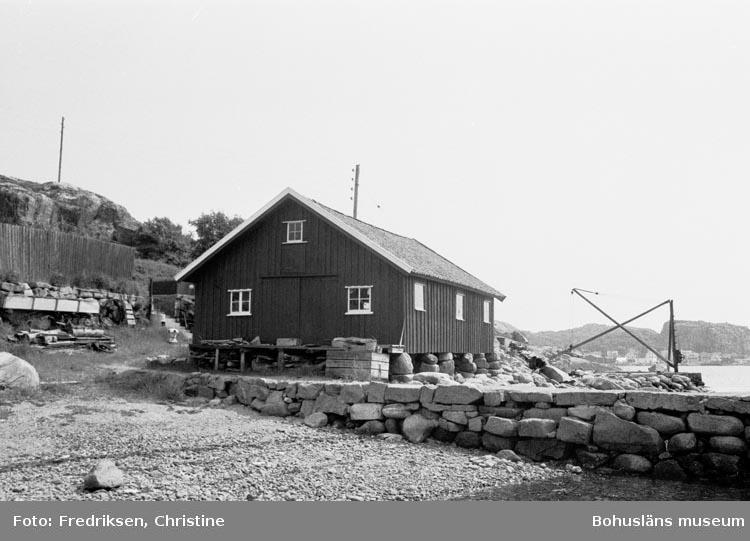 """Motivbeskrivning: """"Båtbyggarverkstaden""""."""