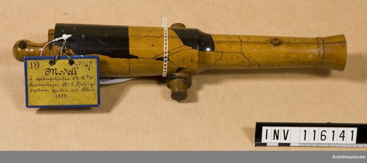 Grupp F:V.  gjut n:o. 2, gjuten ur masugn av 5:e klass järn vid Åker 1854. Denna kanon uttogs till kontrollpjäs vid leverans från nämnda bruk av 9 st. dylika kanoner, enligt kontrakt av år 1854. Den sprang för ett skott av 7,65 kg (18 pund) krut och 2 cylindar av tillsammans 6 kulors vikt.