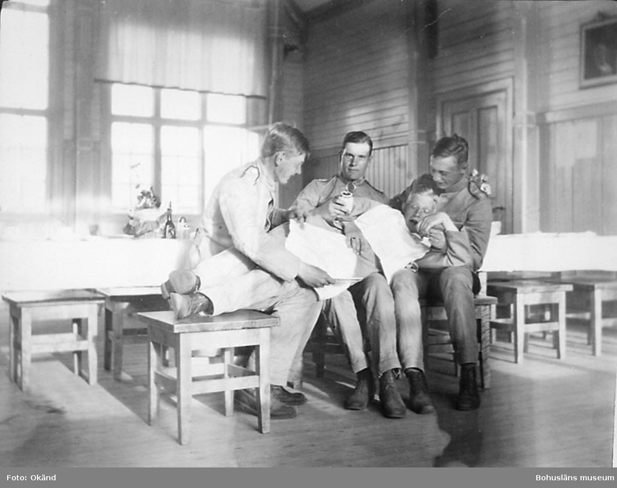 """På fotots baksida står följande: """"I söndags 8 dar sen på messrummet, på em. när vi hade tråkigt. Ego, Göransson och Wikander. Rönström liggande tvärs över oss."""""""