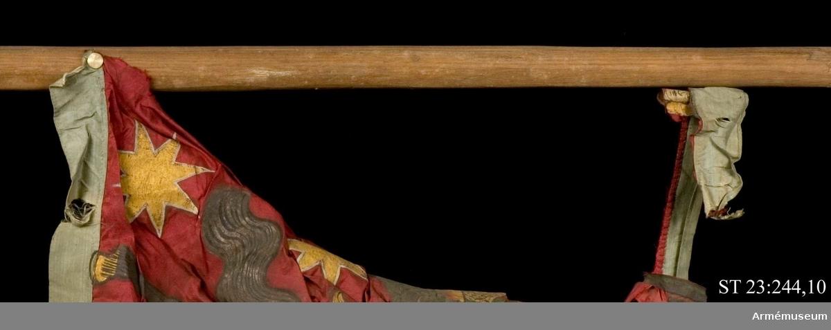 Duk av rött sidentaft kantat av ljusblått taft. I huvudfältet avbildas ärkeängeln Mikael som apokalypsens ryttare. Han stöter i en basun. I sina utsträckta händer håller han en bok och ett rökelsekar. Mellan händerna och över huvudet en regnbåge och under hans fot ett moln. I övre stånghörnet avbildas Jesus i ett moln. På dukens tungor är månskäror, stjärnor och svärd. All dekor är målad i guld och silver. På duken är en förtryckt etikett fastsydd där det framgår att fanan är en trofé från slaget vid Salociai. Strumpa av gult kläde. Stången är ojämn och obehandlad. Troligen sekundär.