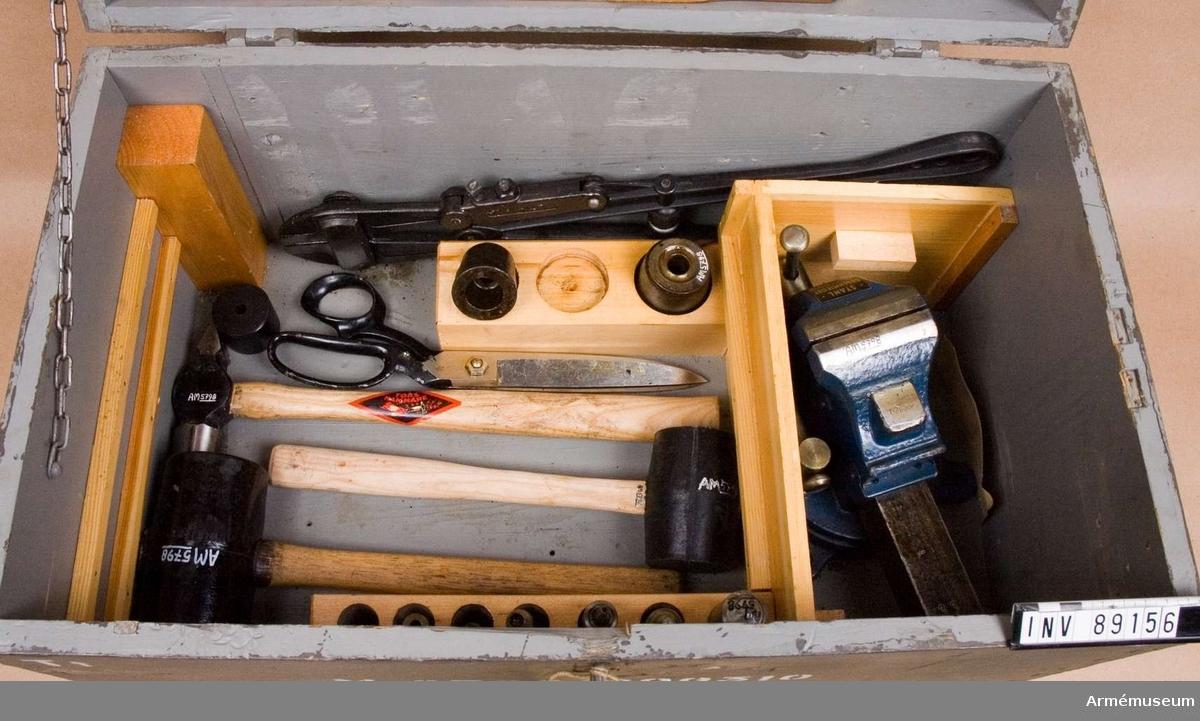 Utrustning 3 för sadelmakeriarbeten. Består av 48 delar. Låda av trä. (M 8700-200310).