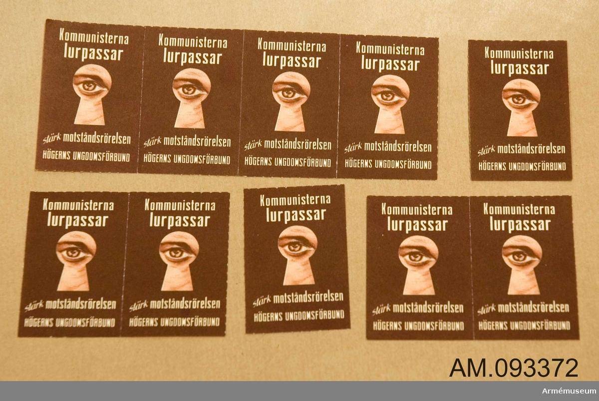 10 stycken brevmärken i brun färg. Motivet illustrerar hur spionen kikar genom ett nyckelhål.